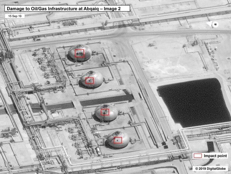 Daños en la infraestructura de la planta de procesamiento de petróleo en Abaqaiq de Saudi Aramco en Buqyaq, Arabia Saudita (Gobierno de los Estados Unidos/Globo Digital vía AP)