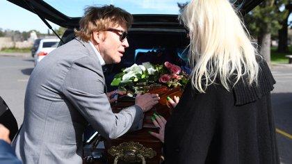 Guido y Silvia, sin consuelo. Ayer, los dos habían usado sus redes sociales para anunciar la muerte: él, con un emotivo texto; ella, con una rosa como símbolo inequívoco