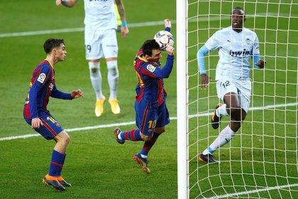El momento en el que Messi conecta de cabeza para poner el 1-1 parcial y lograr su gol 643 con la camiseta del Barcelona (EFE)