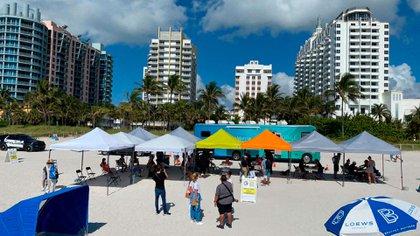 Unas 200 vacunas de Johnson & Johnson se pusieron a disposición de una de las playas de Miami. Foto: Cortesía.