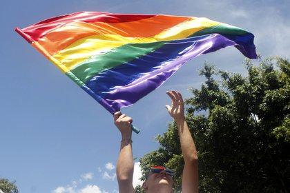 Un hombre agita una bandera LGBTI durante la marcha del orgullo gay el domingo 1 de julio de 2018, en Medellín (Colombia). EFE/Luis Eduardo Noriega A./Archivo