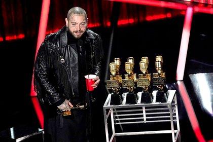 """Post Malone fue el gran ganador de los Billboard Music Awards que se realizaron en el  Dolby Theatre de Los Ángeles. Con un look total black, el artista obtuvo nueve premios, incluyendo """"mejor artista masculino"""" y """"mejor artista del año"""", la categoría más importante (AP Photo/Chris Pizzello)"""