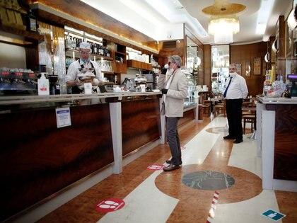 Un hombre toma un café en un bar, Milán, Italia, 18 mayo 2020. REUTERS/Alessandro Garofalo
