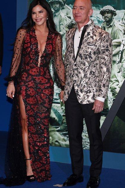 Jeff Bezos, fundador de Amazon, y su nueva novia Lauren Sánchez (REUTERS)
