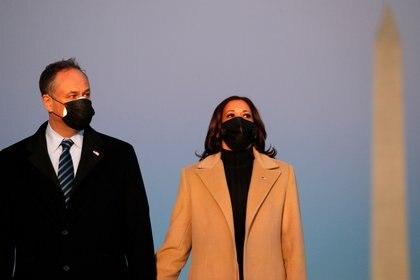 La vicepresidenta electa Kamala Harris, y su esposo Doug Emhoff (REUTERS/Tom Brenner)