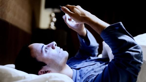 El celular minutos antes de dormir dificulta la conciliación del sueño (iStock)