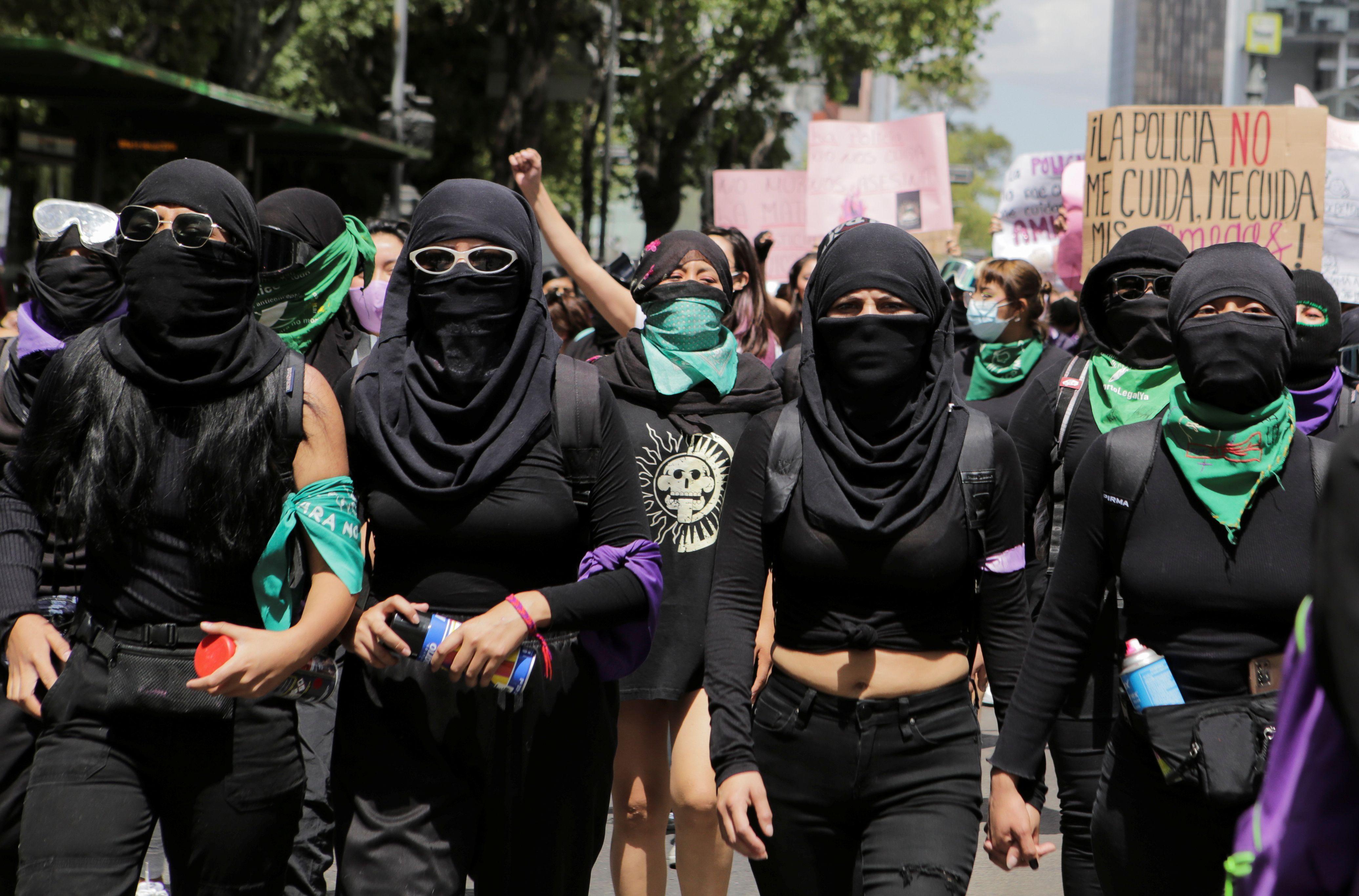 Varios grupos feministas marcharon desde el Monumento a la Revolución al Zócalo Capitalino (REUTERS/Raquel Cunha)