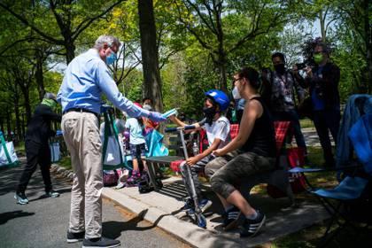 Bill de Blasio, alcalde de Nueva York, repartió máscara por la ciudad (REUTERS/Eduardo Munoz)