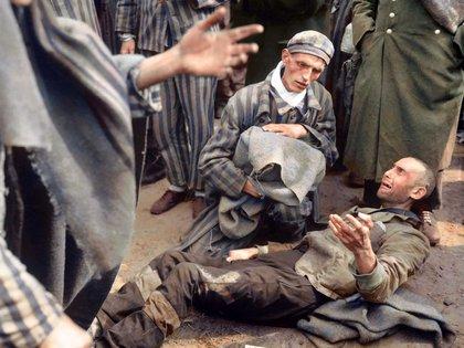 En el campo de concentración alemán de Wobbelin. Uno de las víctimas explota en llanto al saber que no sería de los primeros en ser llevado a un hospital