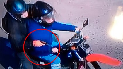 La imagen de los motochorros que difundió la Justicia: habían cometido otro robo segundos antes de atacar a Brenda