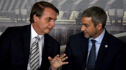 Jair Bolsonaro junto a Mario Abdo Benítez (AFP)