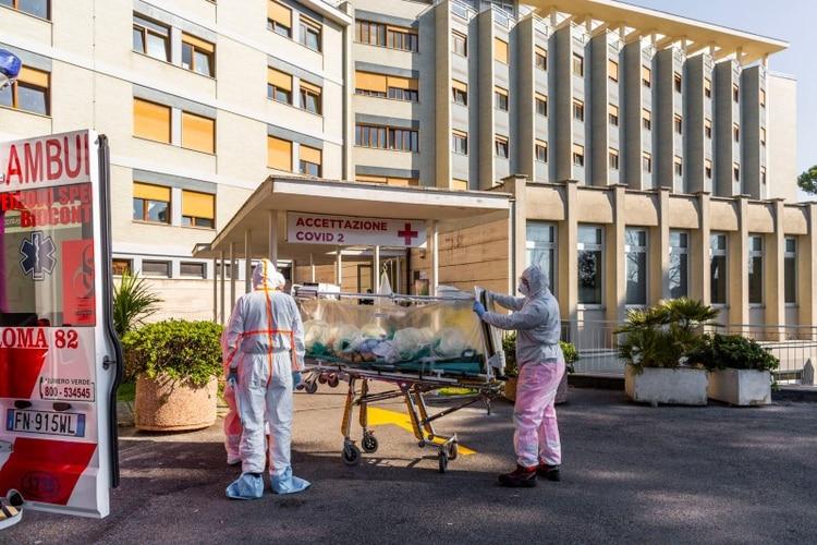 Un paciente con coronavirus llega en una camilla al Hospital Covid Columbus, que ha sido asignado como uno de los nuevos hospitales de tratamiento de coronavirus en Roma, Italia, el 16 de marzo de 2020. Policlínico Gemelli via REUTERS