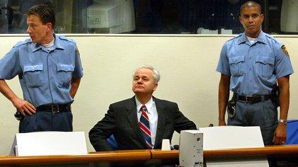 Slobodan Milosevic durante el juicio en La Haya (AFP)