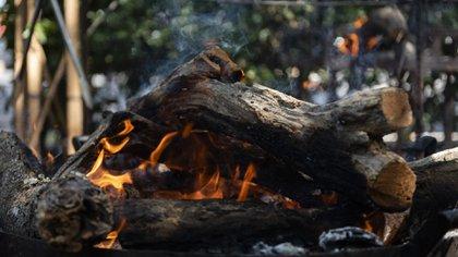 La cocción con leña es más lenta, en cambio la cocción con carbón hace que sea más ágil (Foto: Adrián Escandar)