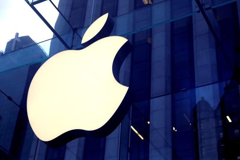 FOTO DE ARCHIVO: El logotipo de Apple Inc en la entrada de la tienda de Apple en la 5ª Avenida en Manhattan, Nueva York, Estados Unidos, 16 de octubre de 2019. REUTERS/Mike Segar