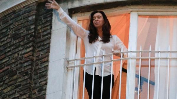 Cristina Fernández de Kirchner enel balcón del departamento de la calle Uruguay. (NA)