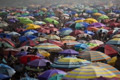 La gente disfruta de la playa de Ipanema pese a la pandemia (AP/Bruna Prado)