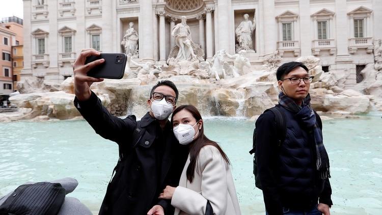 Los turistas utilizan barbijos en Roma por temor al coronavirus