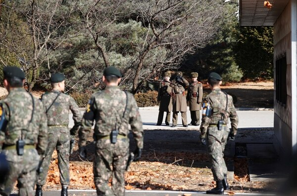 Soldados del Norte y del Sur observan el lugar en el que el soldado norcoreano desertó en la Zona Desmilitarizada (REUTERS/Kim Hong-Ji)