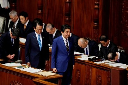 El primer ministro japonés, Shinzo Abe, y el ministro de Finanzas, Taro Aso (REUTERS/Kim Kyung-Hoon)