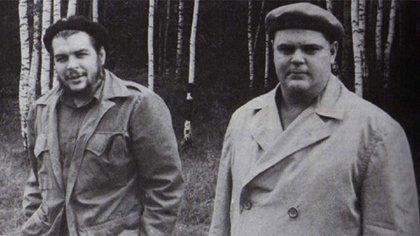 Emilio Aragonés Navarro con Ernesto Guevara durante una visita a la Unión Soviética
