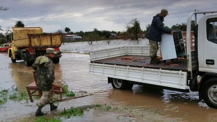 El ejército uruguayo asistiendo a la población afectada por las inundaciones @EjercitoUy