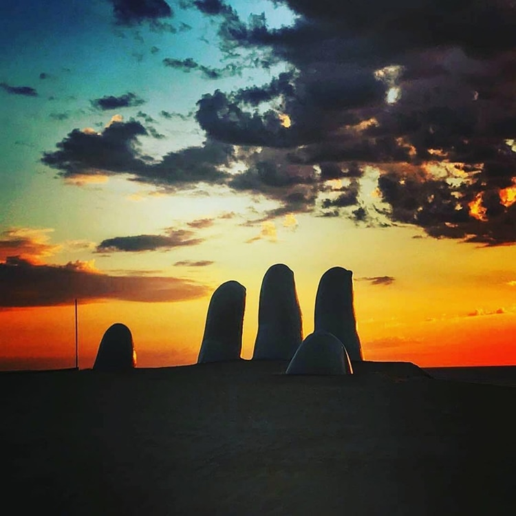 The sculpture of the Fingers of the Chilean artist Mario Irarrazábal, icon of the landscape of the east coast