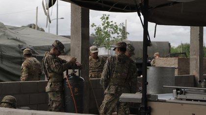 Una de las primeras cocinas montadas por el Ejército en La Matanza.