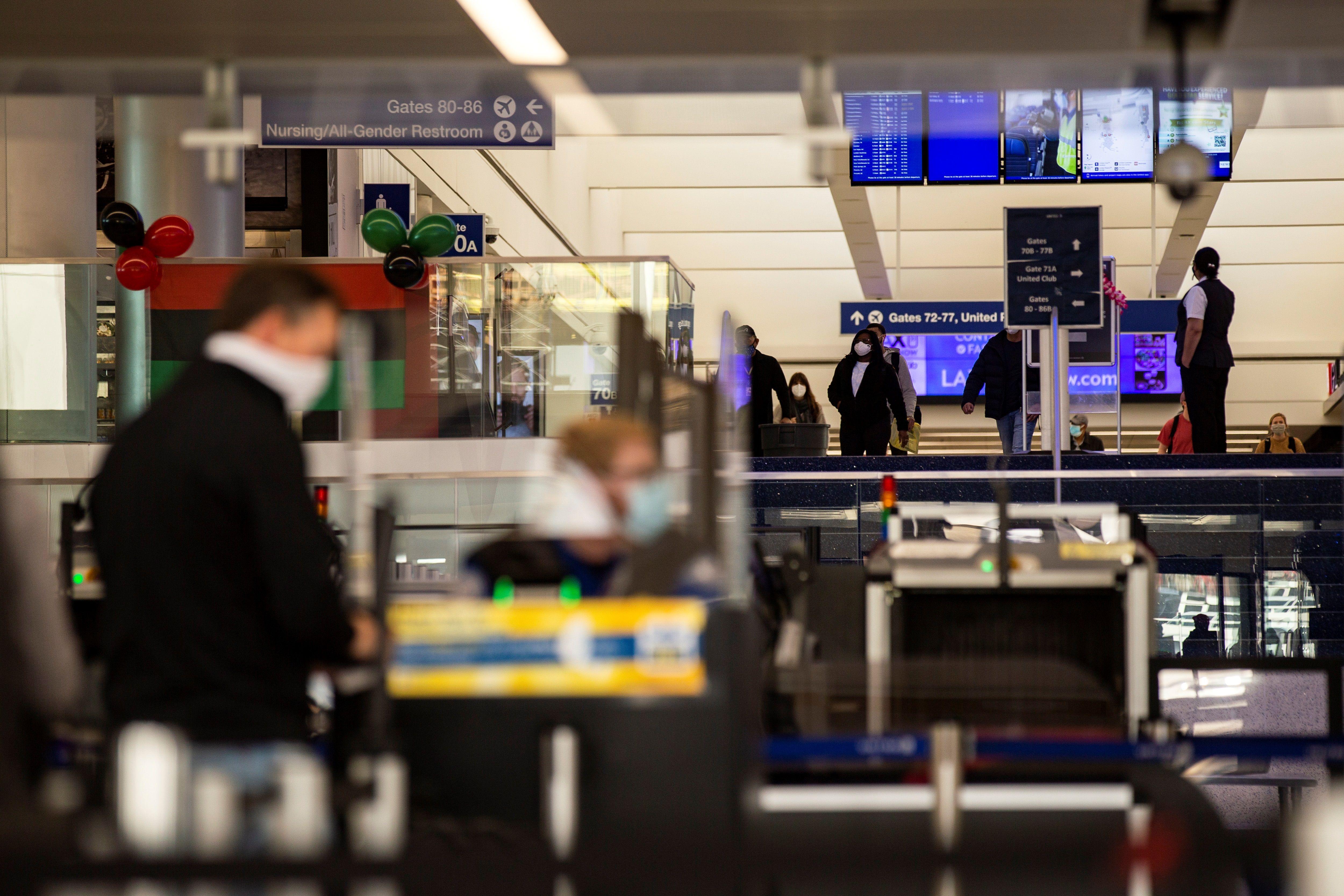Pasajeros pasando por un control aeroportuario. EFE/EPA/ETIENNE LAURENT/Archivo