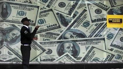 Foto de arhivo de una gigantografía de billetes de dólares en una casa de cambio en Nairobi Jul 23, 2015. REUTERS/Thomas Mukoya/