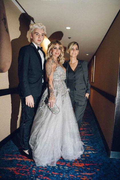 Flor Peña junto a Romina Giangreco, la estilista encargada de su vestuario y Jorge Rey, el diseñador del diseño de su vestido para los Martín Fierro 2019