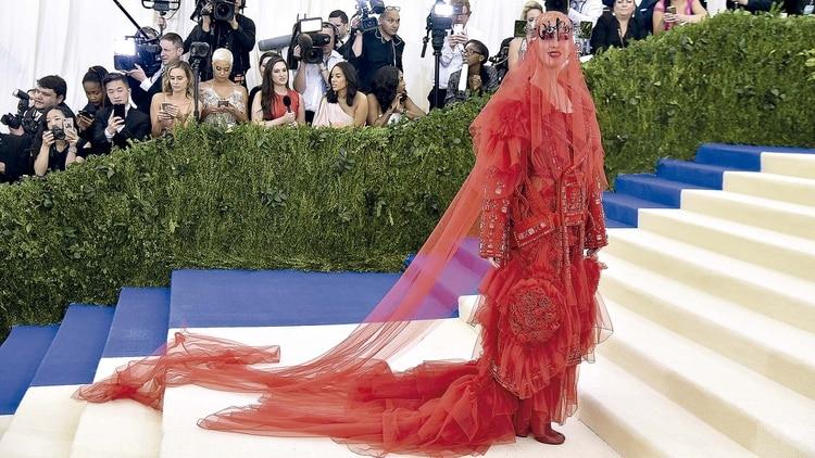 bae50c8c0 Katy Perry irreconocible con un su extravagante outfit para la gala Met  2017 en homenaje a