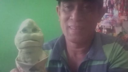 Un pescador local llamado Abdulah Ferro fue quien encontró a la extraña criatura Foto: Unique News / Youtube - captura de pantalla.