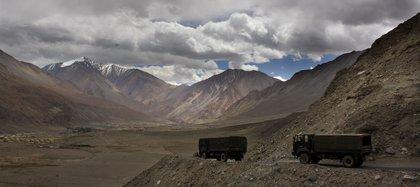 Camiones del ejército indio cerca del lago Pangong Tso, en la zona disputada con China. (AP/Manish Swarup)
