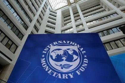"""""""Si las inversiones son de alta calidad y si la actual carga de la deuda pública y privada no menoscaba la respuesta del sector privado a los estímulos"""", el crecimiento del PBI y el empleo se verán potenciadas, destaca el último Monitor Fiscal del FMI (Reuters)"""