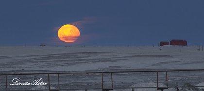 """""""Amaneciendo"""": """"Un amanecer de otro planeta pero con nuestro satélite natural, la luna, ocultándose en el horizonte""""."""