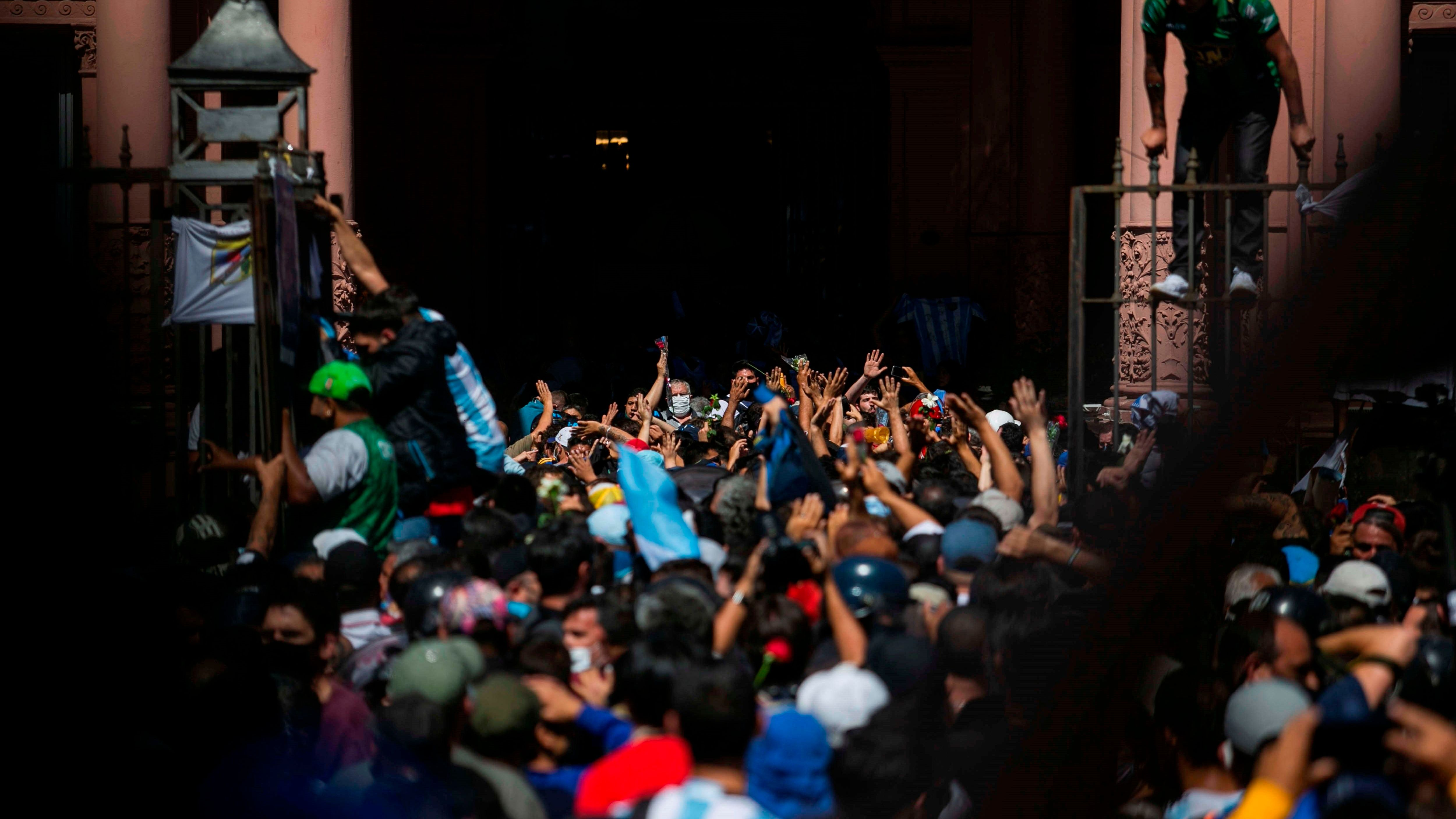 Seguidores de Diego Armando Maradona ingresaron a la capilla funeraria donde se encontraban los restos del genio futbolístico. (EFE/Demian Alday Estévez)