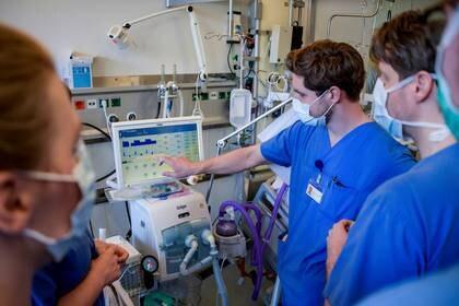 Médicos reciben instrucciones para un sistema de respiración en la unidad de cuidados intensivos del Centro Médico Universitario de Hamburgo-Eppendorf, en Hamburgo, Alemania. 25 de marzo de 2020. Axel Heimken/Pool via REUTERS