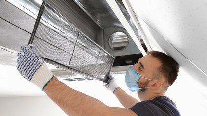 Es importante mejorar los sistemas de ventilación o instalar purificadores de aire que esterilizar superficies (Shutterstock)