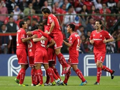 Foto de archivo de jugadores de Toluca celebrando un gol. Estadio Nemesio Diez, Toluca, México. 8 de abril de 2014. REUTERS/Henry Romero