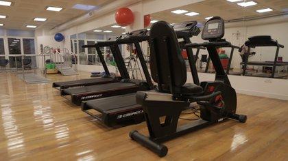 También, el centro cuenta con un gimnasio de 200 metros cuadrados diseñado exclusivamente con fines terapéuticos para personas con enfermedades cerebrales y CEA
