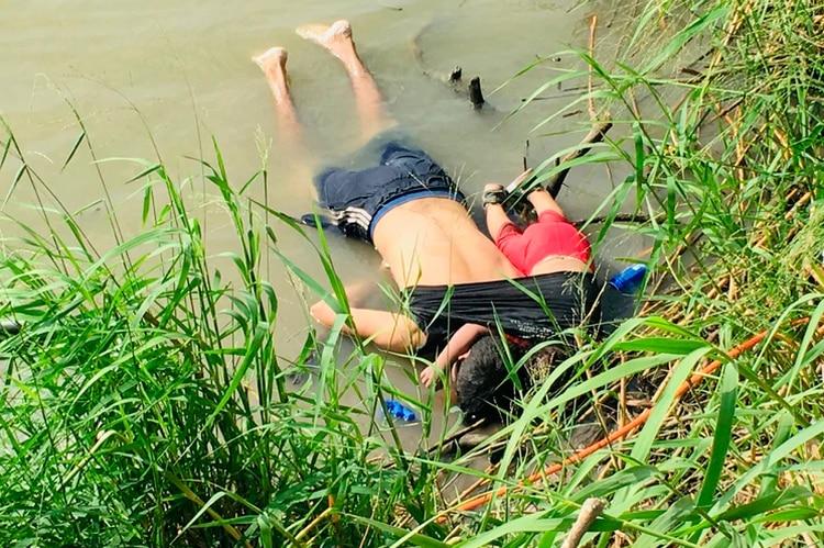 La polémica foto de los cuerpos de los migrantes salvadoreños Óscar Martínez y su hija de casi dos años en el Río Bravo (Foto: AP)