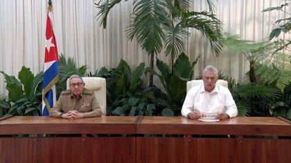 Imagen tomada de la televisión del presidente cubano Miguel Diaz-Canel (d) y el exmandatario y líder del Partido Comunista de Cuba (PCC), Raúl Castro (i). EFE/ Tomada De Televisión
