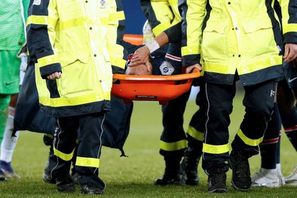 En el partido ante el Lyon, Neymar se fue en camilla y provocó mucha ansiedad (Foto: EFE)