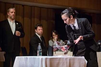 Entre otras pruebas, los participantes debieron proponer al jurado el mejor maridaje posible entre los vinos y los quesos que les plantearon a cada concursante, y preparar tragos con vino espumante