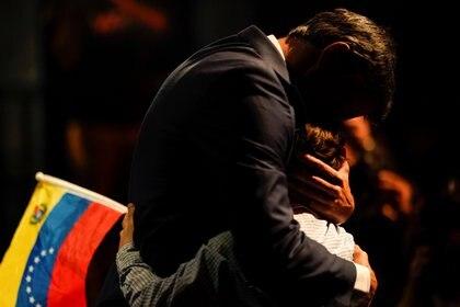 El político de la oposición venezolana Leopoldo López abraza a su hijo durante una conferencia de prensa en Madrid, España, el 27 de octubre de 2020 (REUTERS/Juan Medina)
