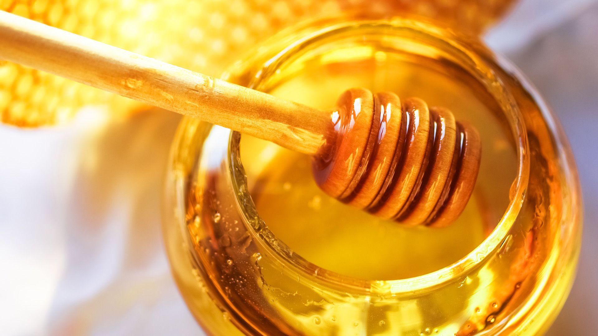 Un aceite de oliva y una mil de abejas fueron prohibidos este lunes por la Administración Nacional de Medicamentos, Alimentos y Tecnología Médica (Shutterstock)