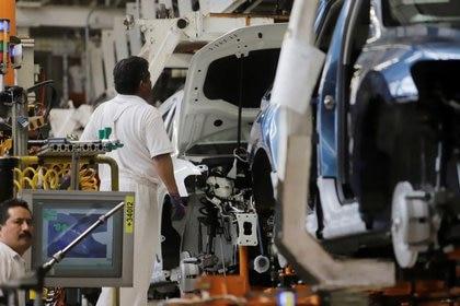 Imagen de archivo. Un empleado trabajando en la planta de Volkswagen en Puebla, México. 10 julio 2019. REUTERS/Imelda Medina