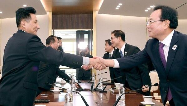 El líder de la misión norcoreana Jon Jong-su saluda a su homólogo del Sur, Chun Hae-sung (Reuters)