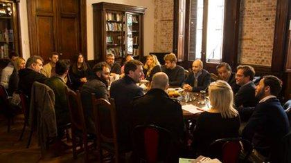 Reunión entre funcionarios y organizaciones de artistas callejeros